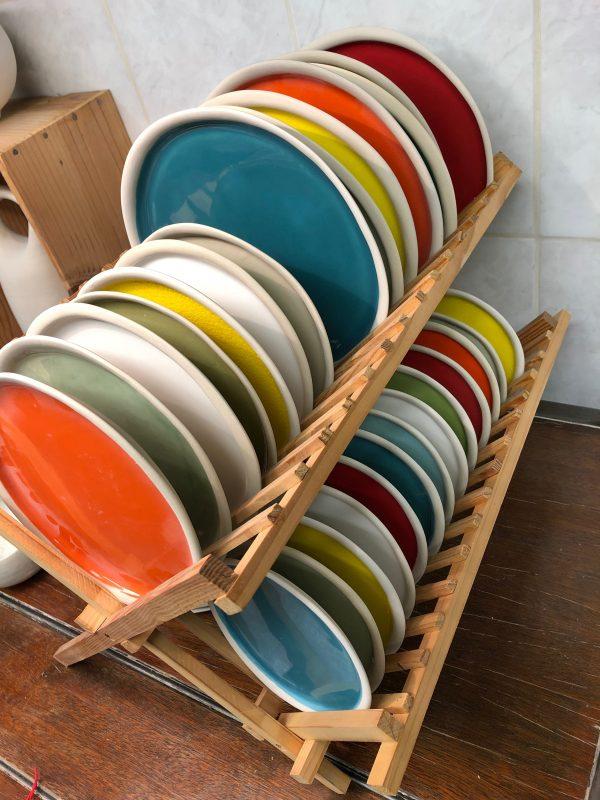 Assiettes de couleurs égouttoir