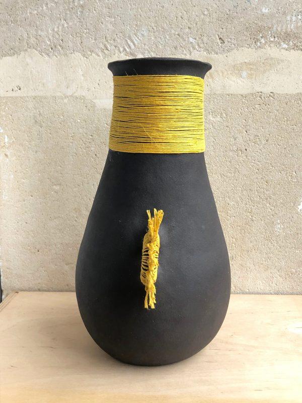 Vase terre noire fil jaune 2 anses (profil) 2020