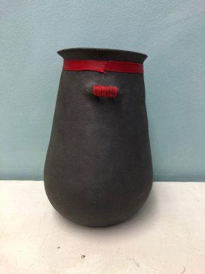 Vase terre noire fil rouge petit col 2019