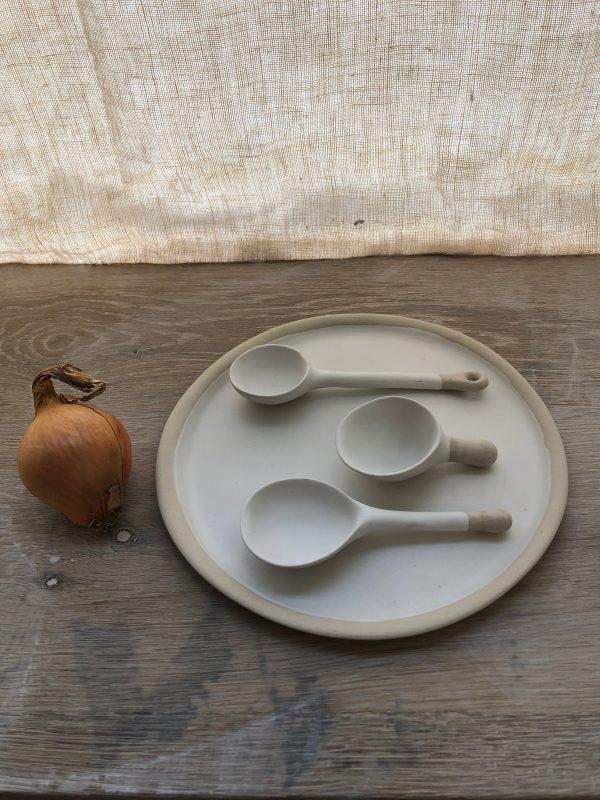 assiette blanche cuilleres B oignon